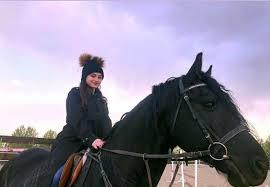 سارا و نیکا در حال اسب سواری